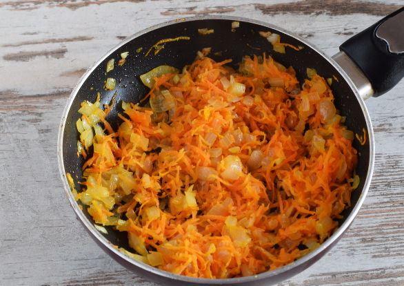 Лук и морковь, обжаренные в сковороде
