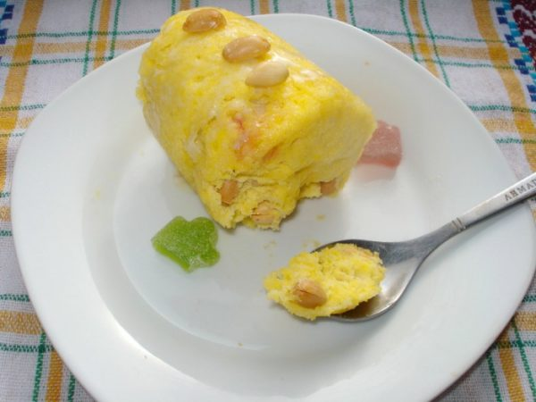 Кекс с мармеладом, арахисом и сгущённым молоком на тарелке