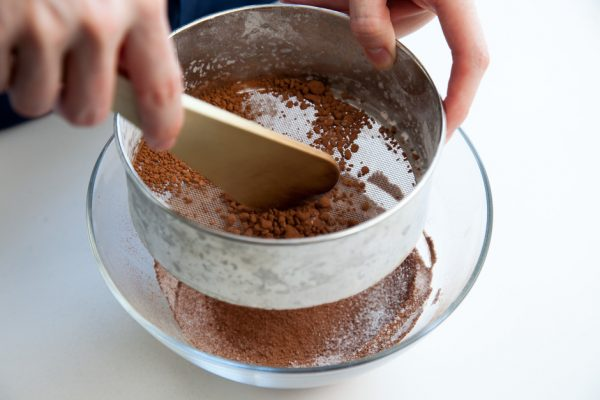 Просеивание какао в ёмкость с мукой