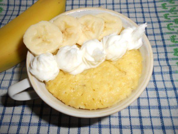 Банановый кекс в кружке со взбитыми сливками