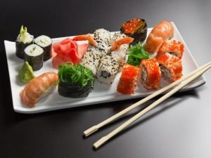 Красиво сервированное блюдо с суши и роллами