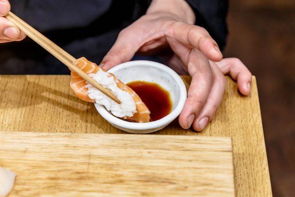 Суши обмакивают в соус
