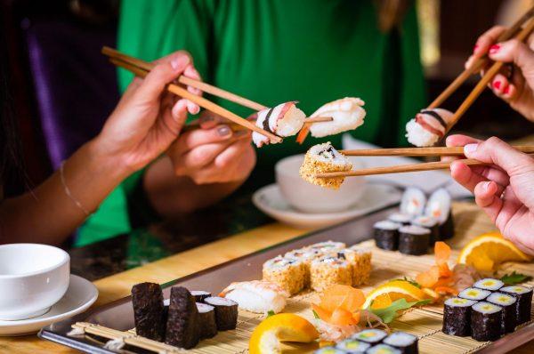Компания ест суши