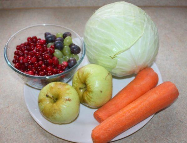 Продукты для засолки капусты с яблоками и ягодами