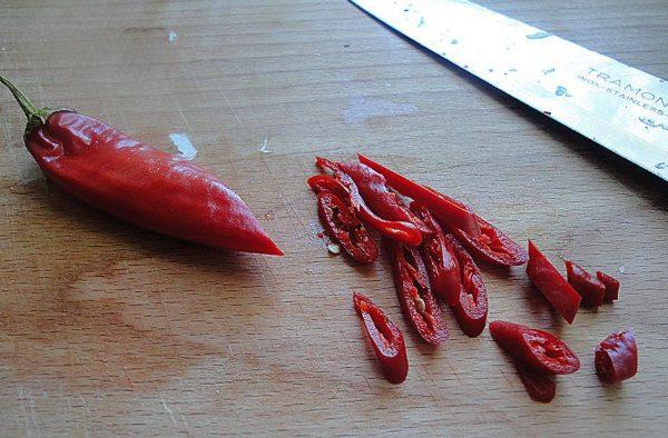 Нарезанный кольцами острый перец