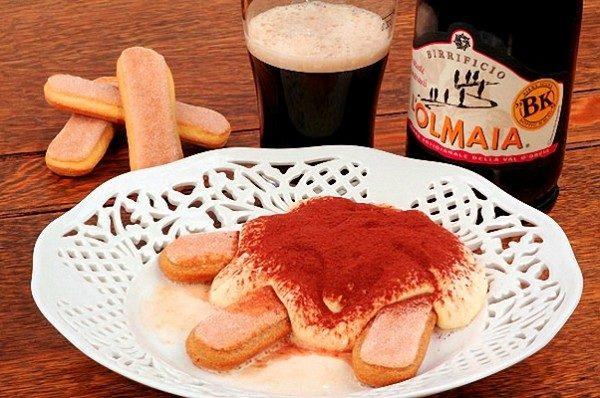 Бирамису с кремом из пива на тарелке