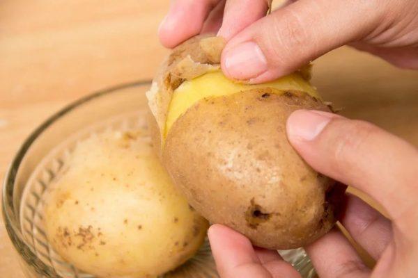 Чистка варёного картофеля