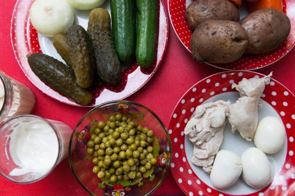 Продукты для салата «Столичный» на столе