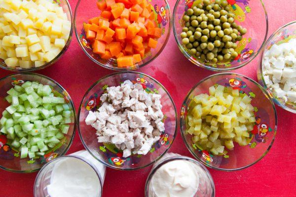 Нарезанные кубиками овощи, яйца и мясо для салата