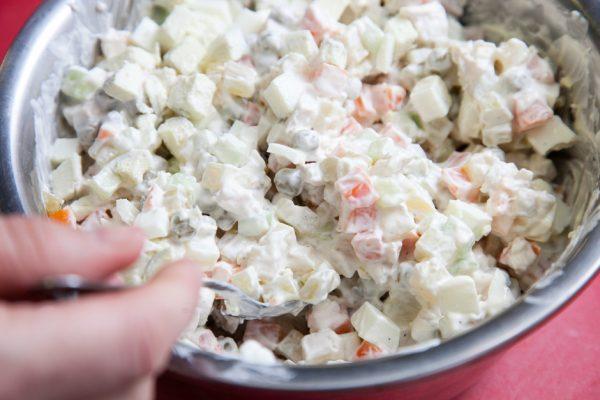 Смешивание ингредиентов салата «Столичный»