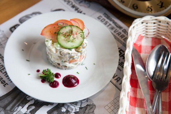 Порция салата «Столичный» на тарелке