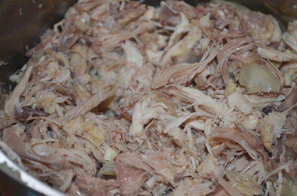 Разобранное на мелкие кусочки варёное куриное мясо