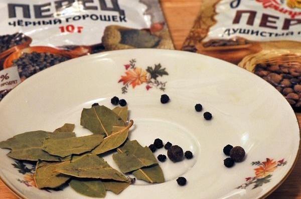 Лавровый лист и горошины перца на тарелке