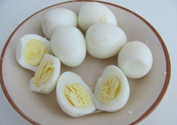 Очищенные перепелиные яйца