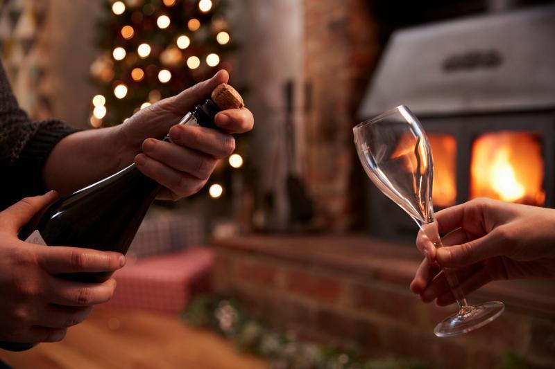Как открыть шампанское девушке без хлопка