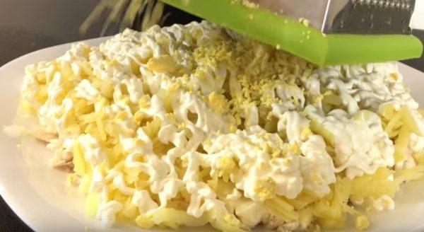 Заготовка для салата «Невеста», металлическая тёрка и тёртые яичные желтки