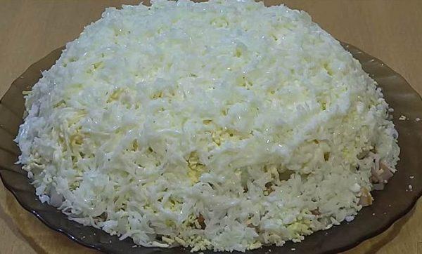 Салат «Невеста» на блюде