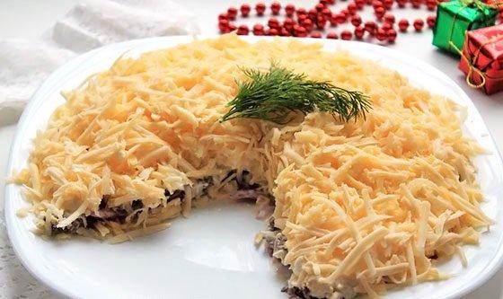 Салат с отварной говядиной и твёрдым сыром на тарелке