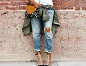 Женщина в джинсах и знак вопроса