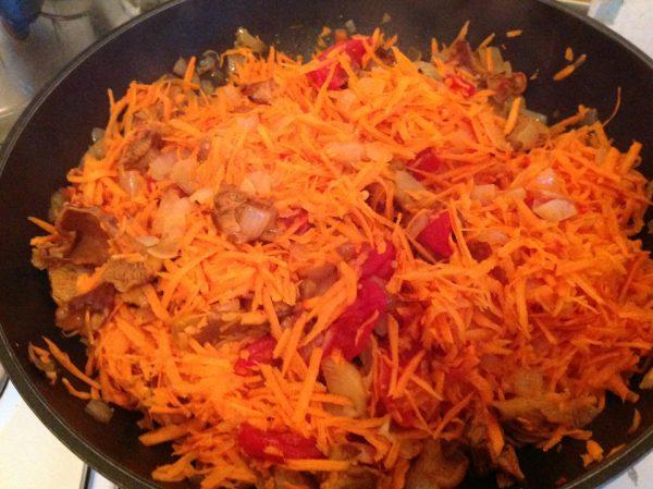 Тёртая морковь в сотейнике с грибами, луком и помидорами