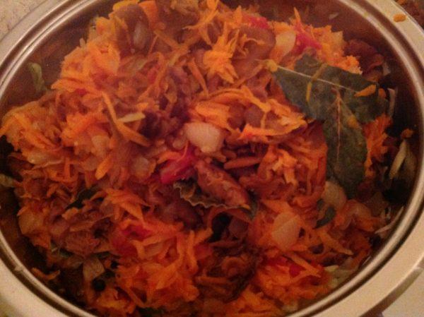 Капустная солянка с грибами и помидорами в сотейнике