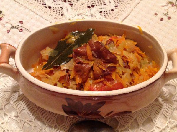 Солянка с грибами и помидорами в порционной посуде
