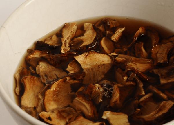 Замоченные в воде сушёные грибы