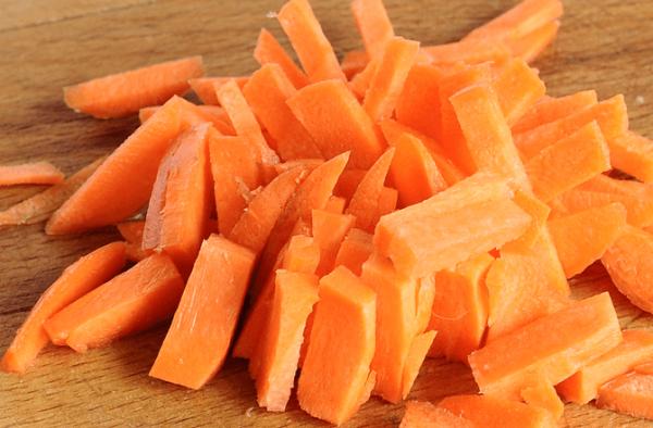 Нарезанная крупными брусочками свежая морковь