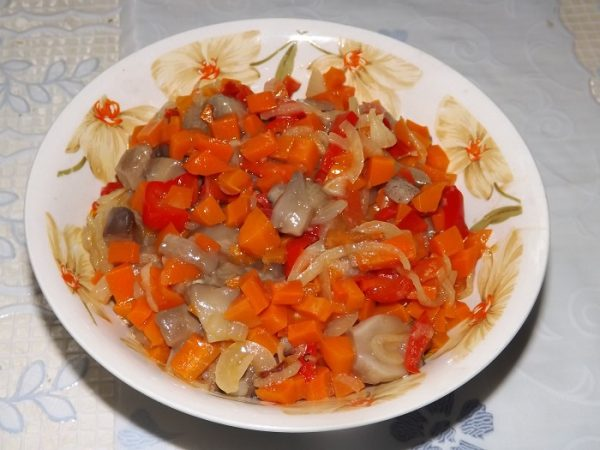 Грибы с обжаренными овощами в миске