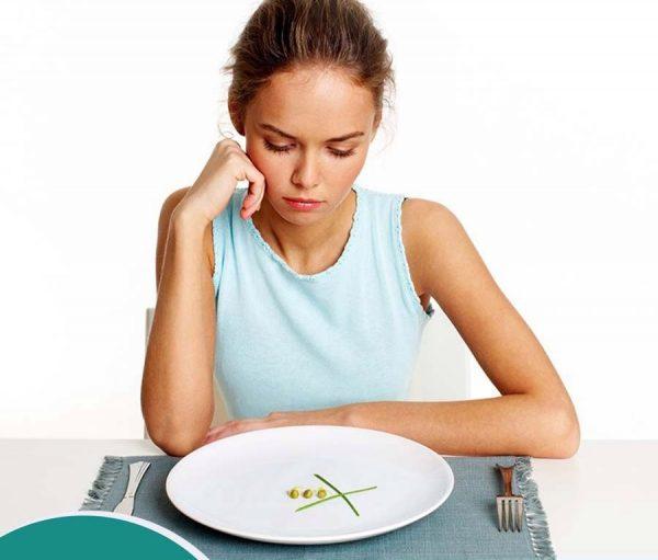 девушка, тарелка с оливками на столе, столовые приборы