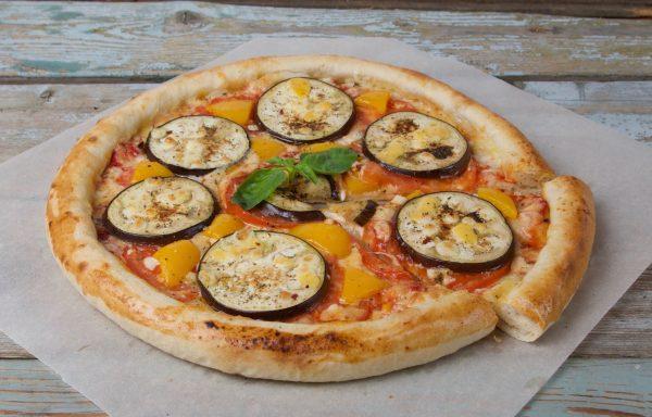 Готовая пицца с овощной начинкой и яйцом вместо сыра