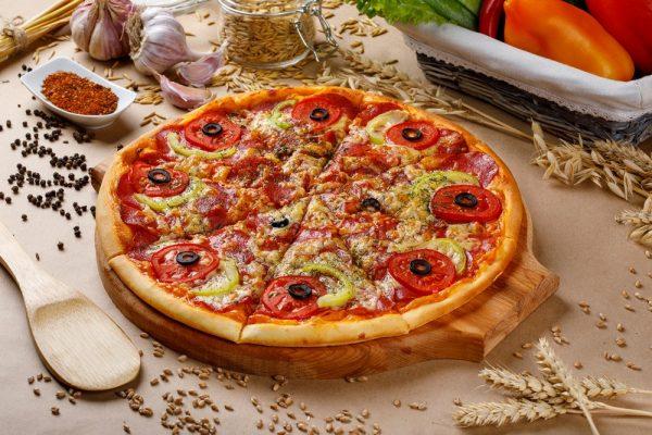 Готовая пицца с колбасками и заменителем сыра в виде смеси яйца и майонеза