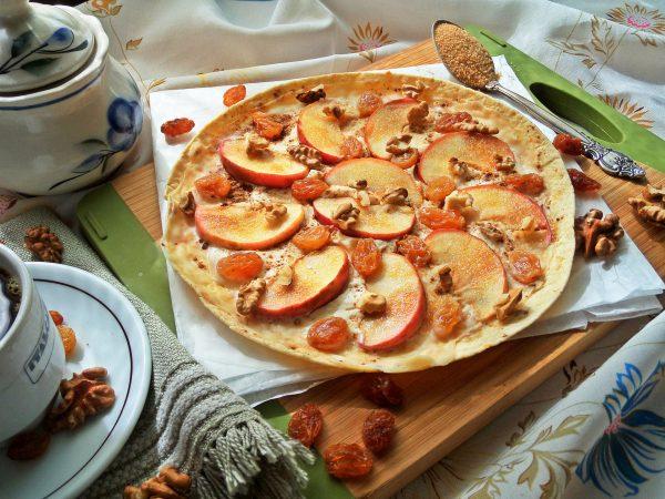 Готовая яблочная пицца со сметанно-творожной смесью вместо сыра