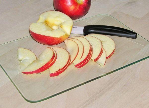Яблоки, нарезанные ломтиками
