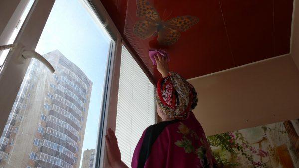 влажная уборка натяжного потолка