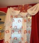 Белый ламбрекен с красными шторами