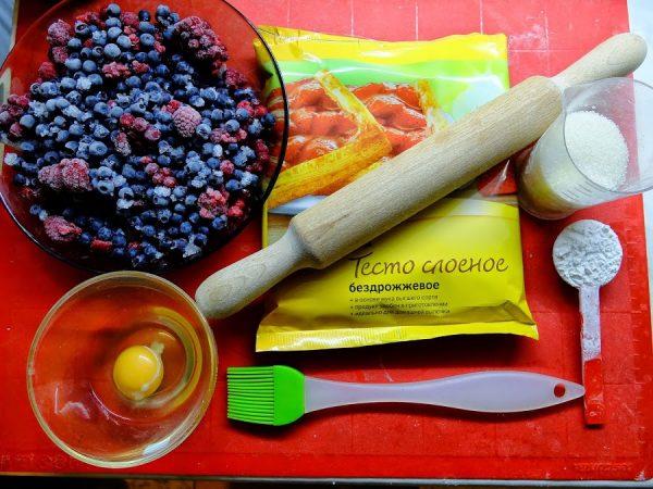 слоёное тесто и другие продукты для пирога