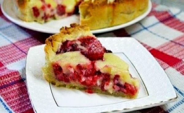 кусочек пирога с малиной