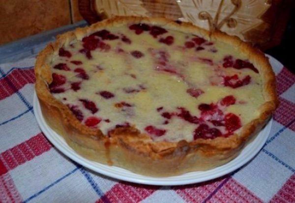 готовый пирог на блюде
