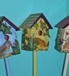 скворечники с нарисованными птицами