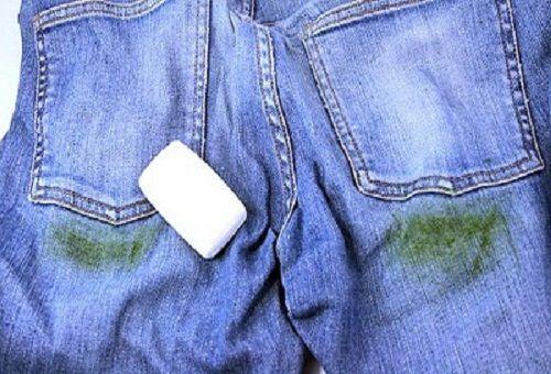 Джинсы с пятнами от травы и кусок белого хозяйственного мыла