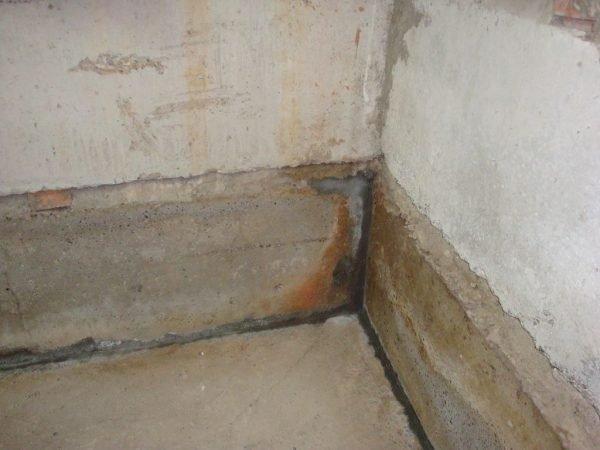 Сырость внутри подвала