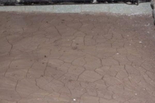Растрескивание глины на полу