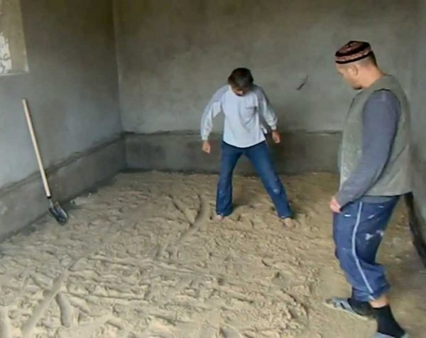Засыпают пол подвала песком