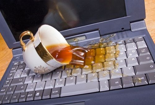 Пролитый чай на клавиатуре ноутбука