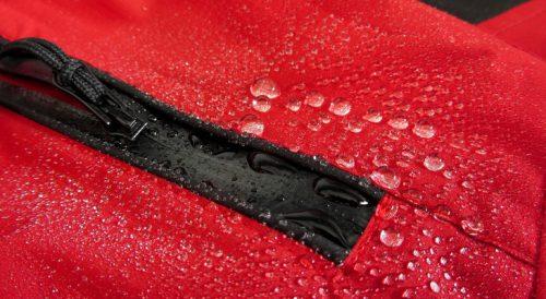 Красная мембранная вещь с капельками воды