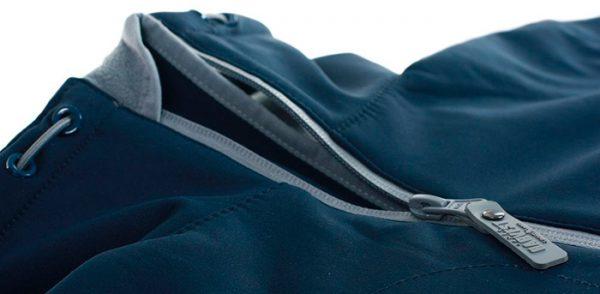 Тёмно-синяя куртка с расстёгнутой серой молнией
