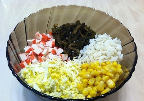 Ингредиенты для салата из крабовых палочек в большой стеклянной миске