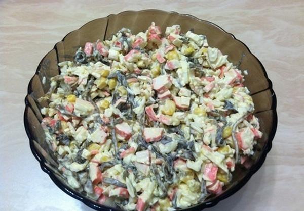 Салат из крабовых палочек и морской капусты в стеклянной миске