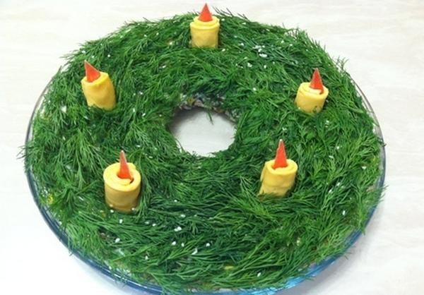 Праздничный салат в виде рождественского венка